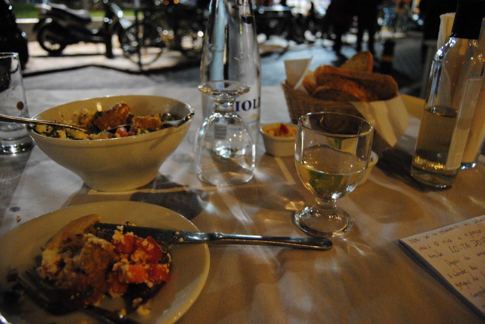 jantando sozinha na grécia
